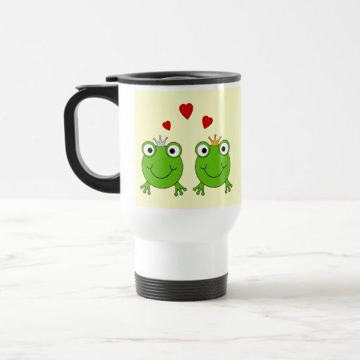 Princesa de la rana y príncipe de la rana, con los taza de viaje