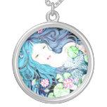 Princesa de la sirena en collares azules de las to