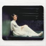 Princesa Leia Sitting Down Photo Tapetes De Ratón