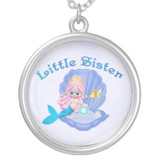 Princesa pequeña hermana de la sirena pendiente