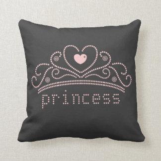 Princesa rosada con la tiara en negro cojín