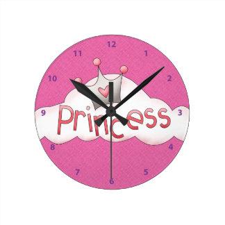 Princesa y corona rosadas bonitas en la nube relojes de pared