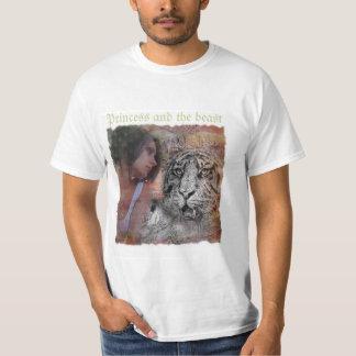 Princesa y el diseño de la bestia en la camiseta playera