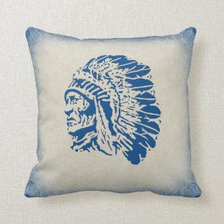 Principal almohada azul de la silueta del nativo