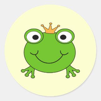 Príncipe de la rana. Rana sonriente con una corona Pegatina Redonda