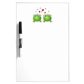 Príncipe de la rana y princesa de la rana con los tablero blanco