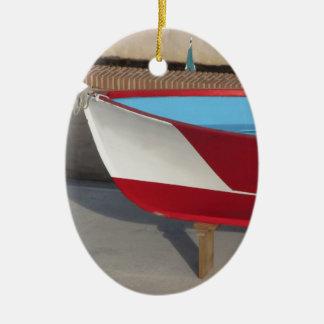 Proa del barco que compite con de madera con diez adorno navideño ovalado de cerámica