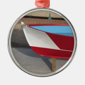 Proa del barco que compite con de madera con diez adorno navideño redondo de metal