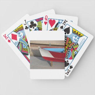 Proa del barco que compite con de madera con diez baraja de cartas bicycle