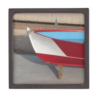 Proa del barco que compite con de madera con diez cajas de joyas de calidad
