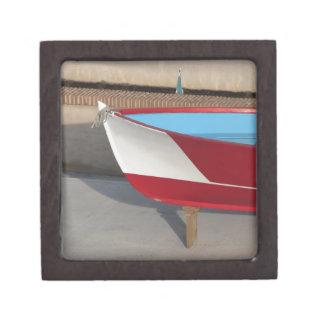 Proa del barco que compite con de madera con diez cajas de regalo de calidad