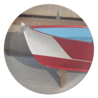 Proa del barco que compite con de madera con diez platos de comidas