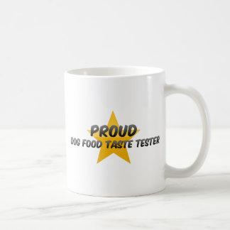 Probador orgulloso del gusto de la comida de perro taza de café