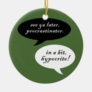 Procrastinator contra hipócrita adorno navideño redondo de cerámica