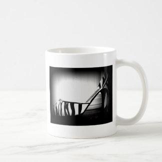 Producto blanco y negro de la foto del zapato del taza de café