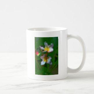 Productos del múltiplo de la flor rosada y blanca taza básica blanca