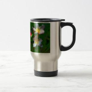 Productos del múltiplo de la flor rosada y blanca taza de viaje
