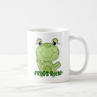 Productos lindos de la rana del amor de la roca de taza básica blanca