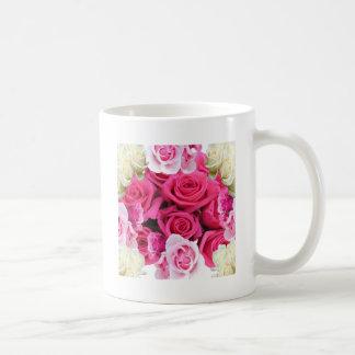 Productos rosados del rosa y blancos de los rosas taza de café