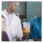 Profesor africano y estudiantes que miran el exper azulejo cuadrado grande