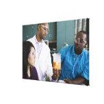 Profesor africano y estudiantes que miran el exper impresión en lona estirada
