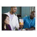 Profesor africano y estudiantes que miran el exper tarjetón