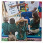 Profesor con los estudiantes preescolares en sala  azulejos cerámicos
