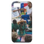 Profesor con los estudiantes preescolares en sala  iPhone 5 Case-Mate funda