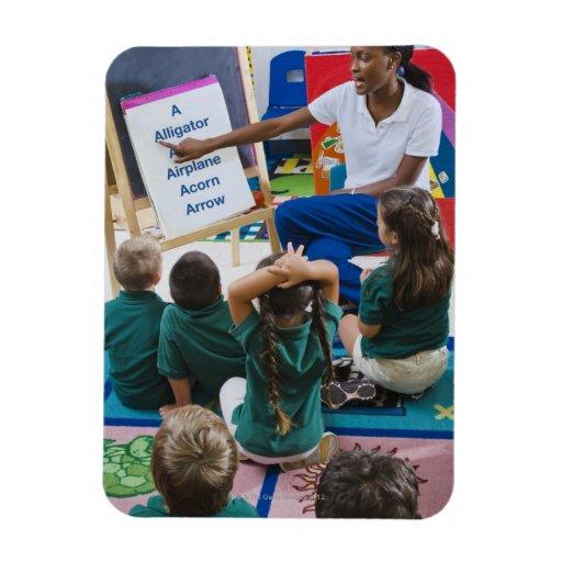 Profesor con los estudiantes preescolares en sala  imanes de vinilo
