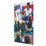 Profesor con los estudiantes preescolares en sala  impresiones en lona estiradas