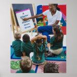 Profesor con los estudiantes preescolares en sala  impresiones