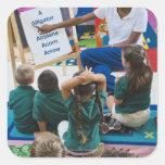 Profesor con los estudiantes preescolares en sala calcomanía cuadradas