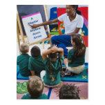 Profesor con los estudiantes preescolares en sala  tarjetas postales