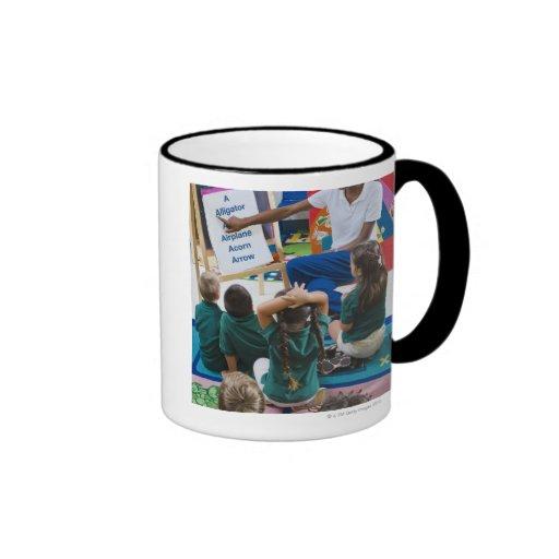 Profesor con los estudiantes preescolares en sala  taza de café