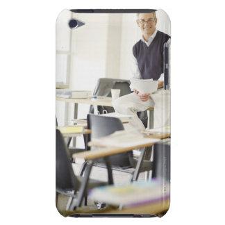 Profesor confiado que se inclina en el escritorio  iPod touch Case-Mate protectores