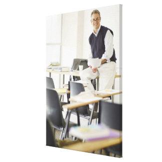Profesor confiado que se inclina en el escritorio  impresiones en lienzo estiradas
