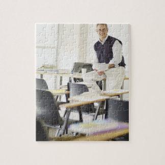 Profesor confiado que se inclina en el escritorio  rompecabezas con fotos