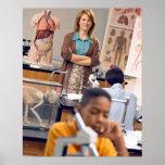 Profesor de biología que se coloca en clase póster