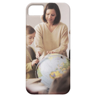 Profesor de escuela elemental que muestra el globo funda para iPhone 5 barely there