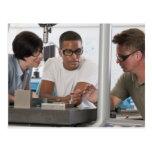 Profesor de la ingeniería que demuestra un tarjeta postal