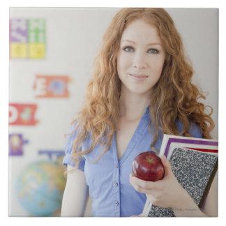 Profesor de sexo femenino en la escuela azulejo cuadrado grande