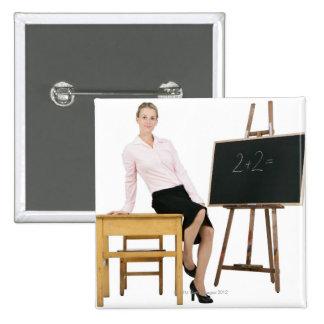 Profesor de sexo femenino que presenta por el escr pins