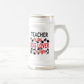 Profesor del amante del perro en rojo jarra de cerveza