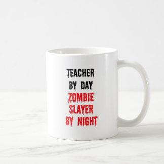 Profesor del asesino del zombi del día por noche taza básica blanca
