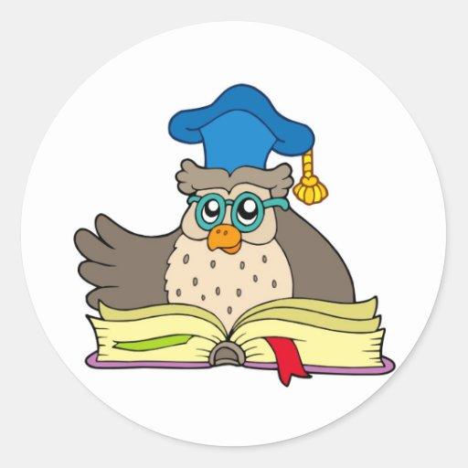 Profesor del búho del dibujo animado con el libro pegatina redonda