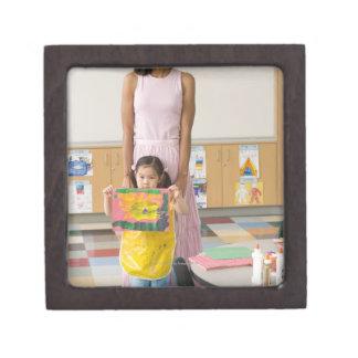 Profesor del cuarto de niños del chica (3-5) con l caja de joyas de calidad
