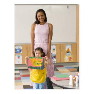 Profesor del cuarto de niños del chica (3-5) con tarjetas postales