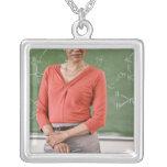 Profesor delante de la pizarra collar plateado