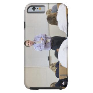 Profesor en el frente de la clase, niños que funda resistente iPhone 6