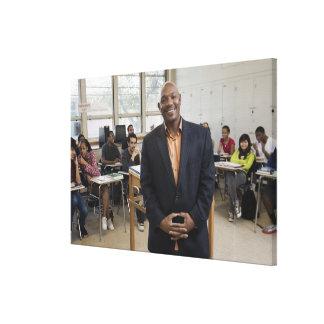Profesor en sala de clase con los estudiantes impresiones de lienzo